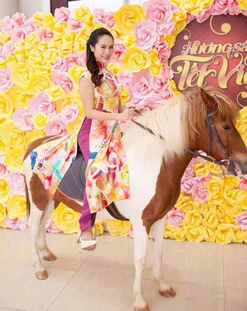 Năm Ngọ, sao Việt đua nhau khoe dáng bên ngựa