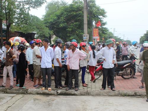 Rất đông người dân tới theo dõi phiên tòa