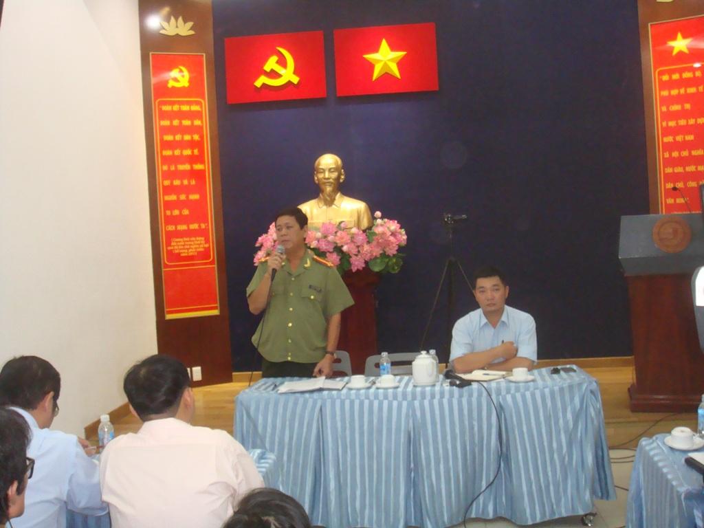 Thượng tá Nguyễn Thanh Liêm (bên trái), Phó trưởng Công an quận 1 - TP HCM, thông tin về vụ bà Mai tự thiêu vào sáng 23-5, nhằm phản đối Trung Quốc.