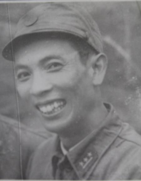 Ông Nguyễn Xuân Tính khi mang quân hàm Thượng úy