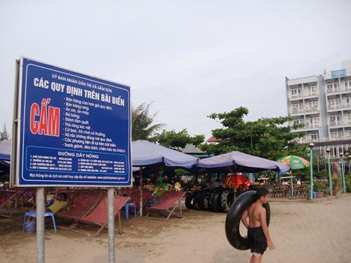 """Tình trạng """"chặt chém"""" du khách vẫn diễn ra ở Sầm Sơn bất chấp những quy định cùng với số điện thoại đường dây nóng ở tất cả các con đường dẫn xuống bãi biển - Ảnh: Báo Công Thương"""