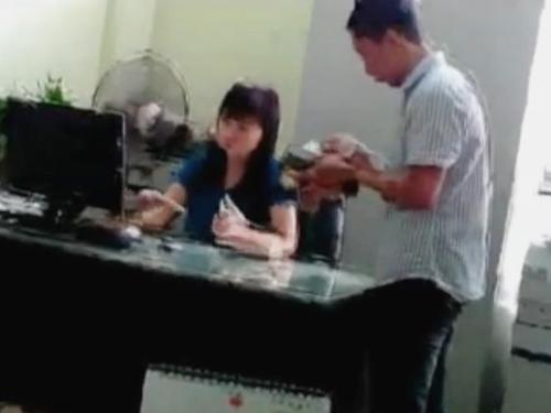 Cảnh được cho là bà Phạm Thanh Hương nhận tiền lệ phí của doanh nghiệp trong clip - Ảnh cắt từ clip