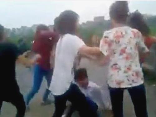 Nhóm nữ sinh đánh bạn một cách tàn nhẫn - Ảnh cắt từ clip