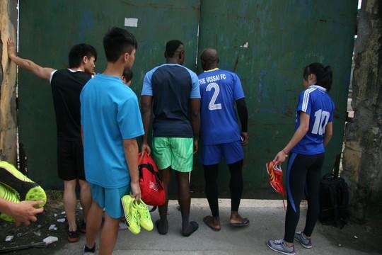 Chiều 14-4, cầu thủ V. Ninh Bình tập luyện trở lại sau 5 ngày tạm nghỉ vì nghi án bán độ