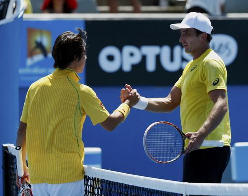 Kei Nishikori (trái) đánh bại tay vợt chủ nhà Marinko Martosevic