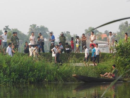 Thi thể cụ Hồng sau khi được đưa lên trên bờ sông Ngàn Mọ