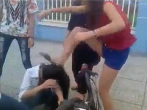 Một nữ sinh đạp thẳng vào đầu bạn - Ảnh cắt ra từ clip nữ sinh đánh bạn