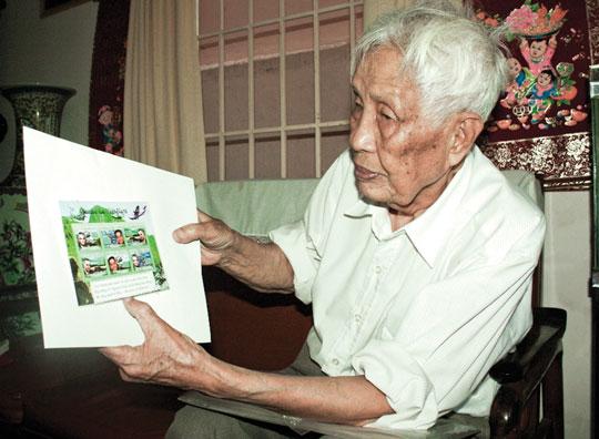 Ông Kiều Xuân Cư và một trong những bộ tem về Đại tướng Võ Nguyên Giáp _Ảnh: KỲ NAM