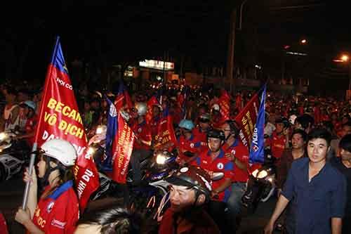 Hàng ngàn CĐV đã tràn ngập dường phố Thủ Dầu Một để chào đón cúp