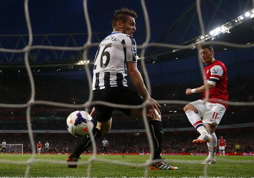 Ozil tỏa sáng, góp công vào chiến thắng của đội nhà