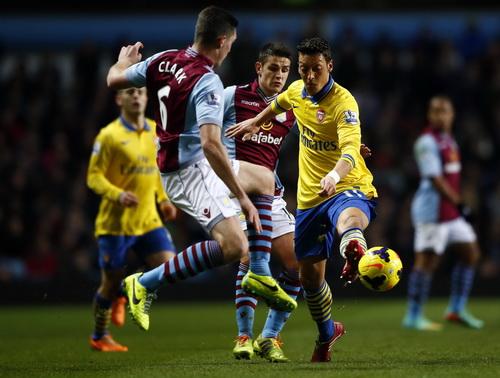 Ozil tả xung hữu đột trong vòng vây Aston Villa