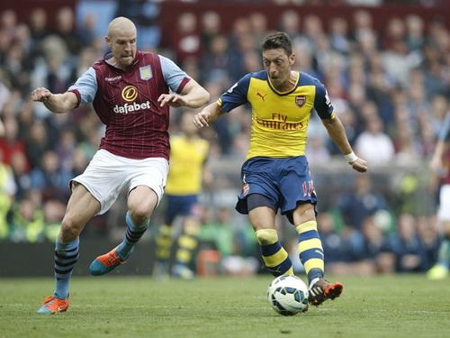 Ozil tỏa sáng trong trận đấu ở sân Villa Park