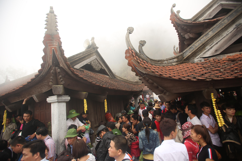 Du khách đi cáp treo hay đi bộ đều mất trung bình 6 tiếng từ chân núi để lên đến chùa Đồng