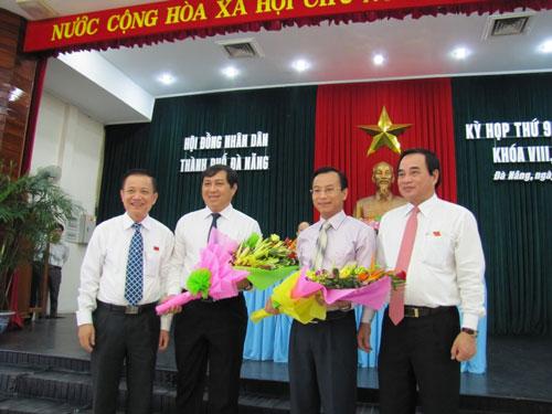 Lãnh đạo TP Đà Nẵng tặng hoa chúc mừng ông Huỳnh Đức Thơ (thứ 2 từ trái qua) và ông Nguyễn Xuân Anh (thứ 3 từ trái qua) nhận nhiệm vụ mới