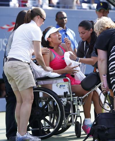 Peng Shuai đau đớn rời sân trên xe lăn