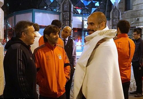 HLV Guardiola trò chuyện với các thành viên Ban huấn luyện