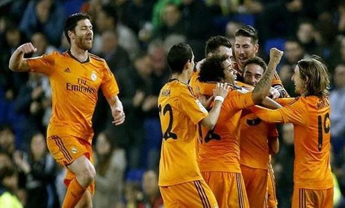 Pepe trong vòng tay đồng đội sau khi ghi bàn thắng duy nhất
