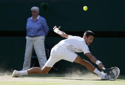 Novak Djokovic đã gặp nhiều khó khăn, kể cả ba lần trượt ngã trên sân