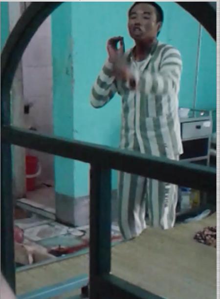 Phạm nhân Phan Công Trọng đóng chặt cửa, cố thủ bên trong sau khi gây ra vụ án mạng - Ảnh: VNE