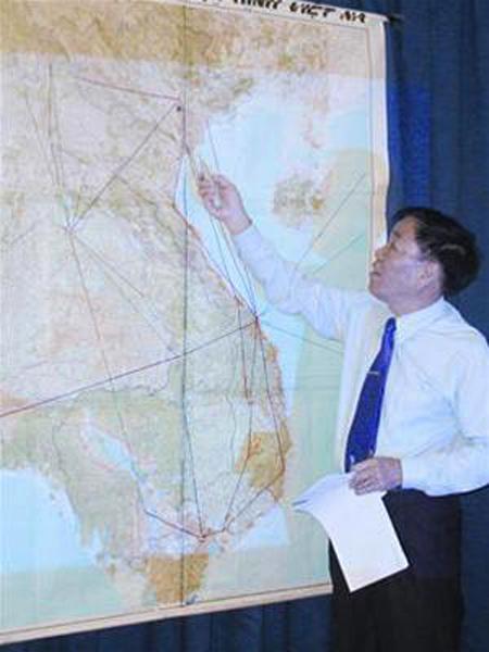 Cựu phi công Mai Trọng Tuấn trong một lần trình bày về đường bay vàng mà ông là người đầu tiên đề xuất - Ảnh: Tiền phong