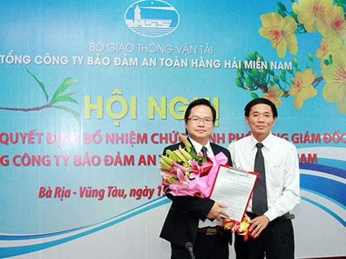 Trao quyết định bổ nhiệm ông Phạm Tuấn Anh (trái) làm Phó Tổng giám đốc làm VMS-South ngày 19-2-2014