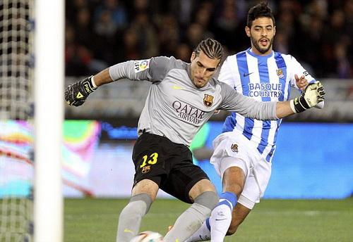 Thủ môn Pinto ngăn cản pha kết thúc của Carlos Vela