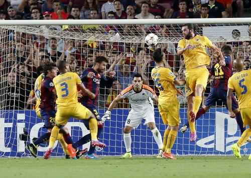 Gerard Pique (giữa) đánh đầu ghi bàn duy nhất cho Barcelona