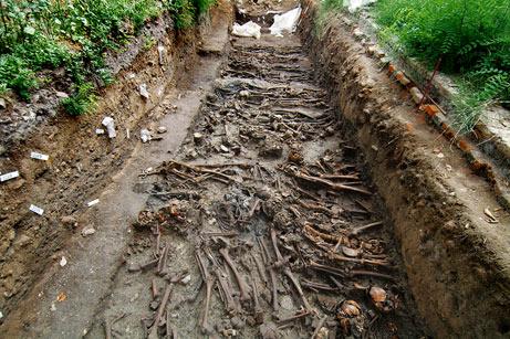 Đất ở đây trộn lẫn tro và xương người. Ảnh: Mental Floss