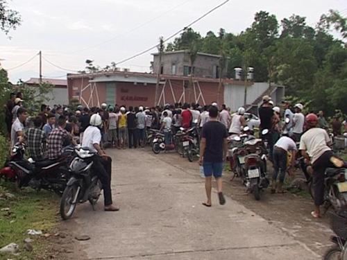 Người dân địa phương bàng hoàng trước vụ 12 thanh niên thương vong trong quán Karaoke - Ảnh: Báo Quảng Ninh