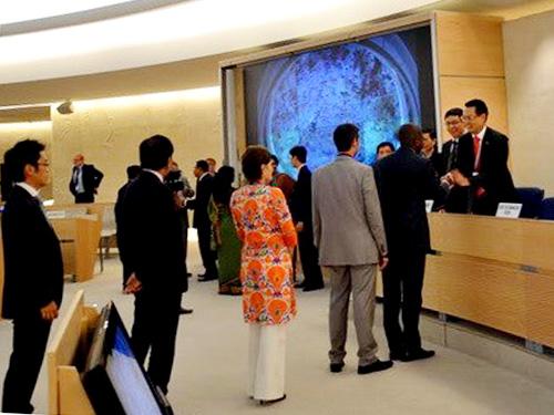 Đại diện các nước và tổ chức quốc tế chúc mừng Trưởng đoàn Việt Nam Nguyễn Trung Thành (bìa phải) sau khi Hội đồng Nhân quyền LHQ thông qua UPR của Việt Nam - Ảnh: Vietnam+