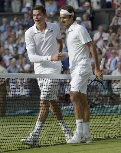 Federer (phải) sẽ đổ xô nước đá lên đầu vì hành động thiện nguyện, như Milos Raonic đã làm?