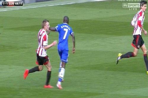 Ramires trả đũa bằng pha đánh nguội thô bạo đối với Larsson, bị truyền hình ghi lại