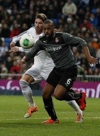 Hàng thủ Real (Ramos, áo sáng) vất vả trước sức phản công của Espanyol