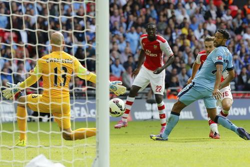 Aaron Ramsey (16) nhân đôi cách biệt cho Arsenal ngay trong hiệp một