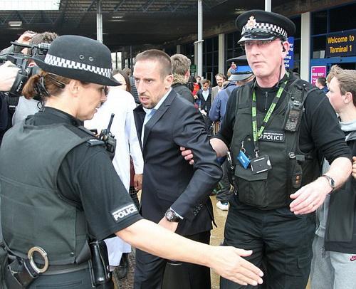 Ribery phải nhờ cảnh sát đưa ra xe an toàn trước sự cuồng nhiệt của người hâm mộ ở Manchester