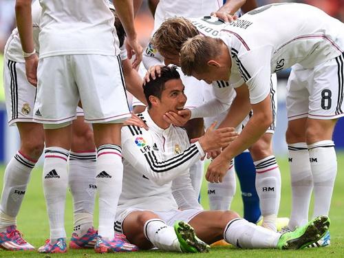 Đồng đội chia vui với Ronaldo sau bàn thứ nhì