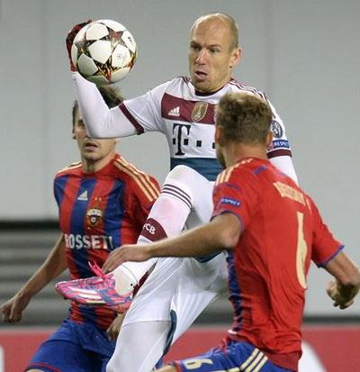 Arjen Robben (giữa) không hẳn là mục tiêu theo đuổi của Quỷ đỏ