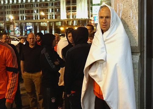 Arjen Robben quấn chăn giữ ấm ngoài đường phố lúc nửa đêm