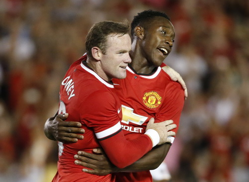 Rooney chia vui cùng Welbeck, tác giả bàn mở tỉ số