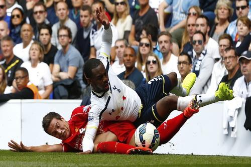 Danny Rose (trên) tranh chấp bóng với Manquilllo của Liverpool