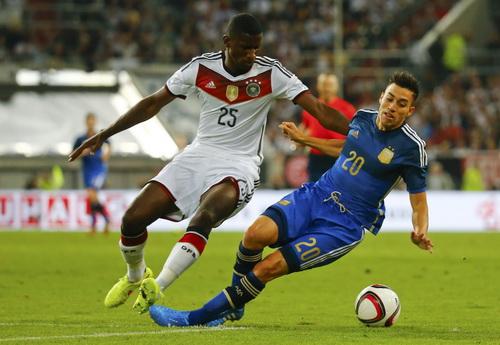 Ruediger (trái) tranh chấp với Nicolas Gaitan của Argentina