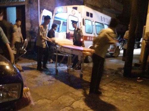 Nạn nhân bị thương được đưa đến bệnh viện tối 22-7 - Ảnh: Mạng Đài Hải