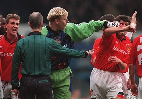 Chẳng đồng đội nào ưa cá tính côn đồ của Roy Keane
