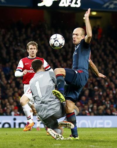 Thủ môn Sczcesny bị truất quyền thi đấu sau pha phạm lỗi với Robben