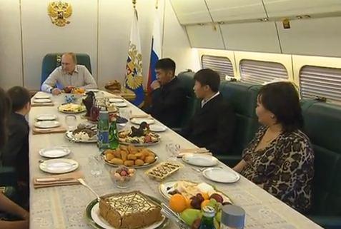 Tổng thống Putin mời gia đình cố quân nhân Banzaraktsayev dùng bữa tối trên chuyên cơ riêng. Ảnh: Ria Novosti