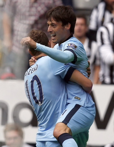David Silva vui mừng sau bàn mở tỉ số cho Man City