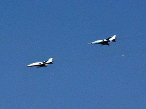 Biên đội gồm 2 máy bay cường kích SU-22 cùng bổ nhào, ném bom trên biển
