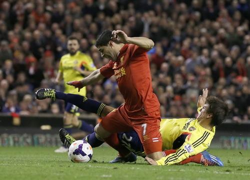 Hàng phòng ngự Sunderland phạm lỗi với Suarez
