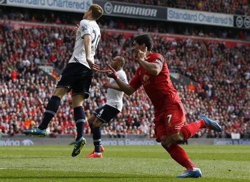 Luis Suarez tiếp tục thăng hoa với bàn thắng thứ 29 từ đầu mùa