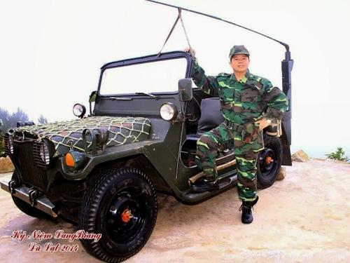 Hình ảnh sư thầy Thích Thanh Cường mặc quần áo rằn ri chụp ảnh trên facebook